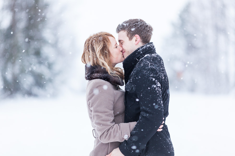 Couple-Kissing-in-Snow